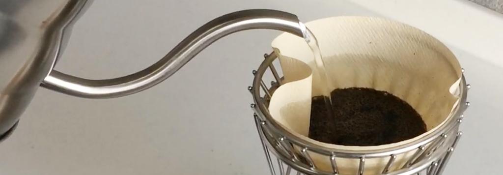 コーヒーケトルでお湯を注ぐ